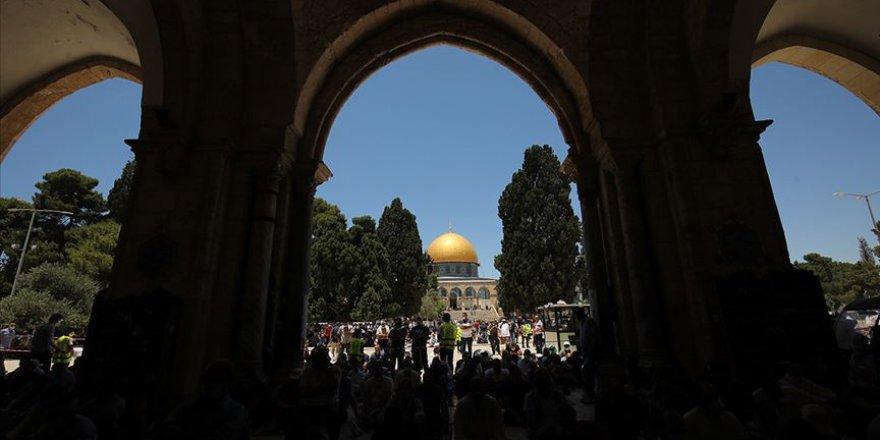 Siyonist işgal rejimi, Kudüslülerin Mescid-i Aksa'da namaz kılmalarını engelledi