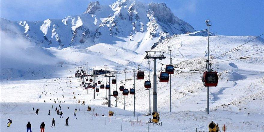 İç Anadolu'nun 'zirvesi' Erciyes'te pistler kayakseverlerle doldu