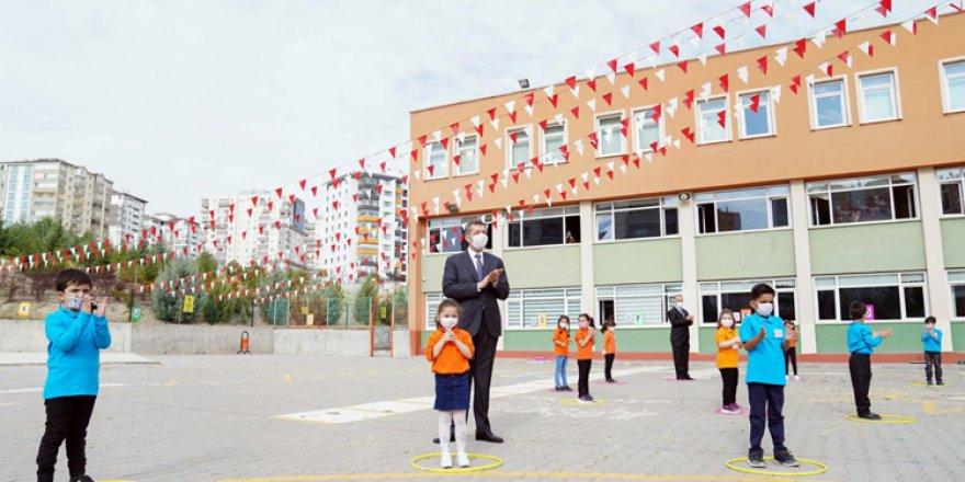 Bakan Selçuk'tan yüz yüze eğitimin başladığı okullara ziyaret