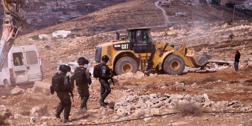 İşgalci İsrail askerleri, Filistinlilere ait yapıları yine yıktı