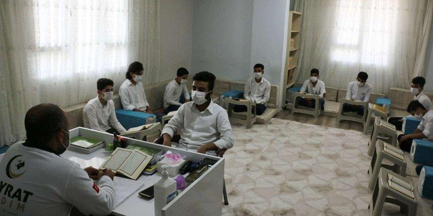 Suriyeli çocuklar hem okul okuyor hem de hafızlık eğitimini alıyor