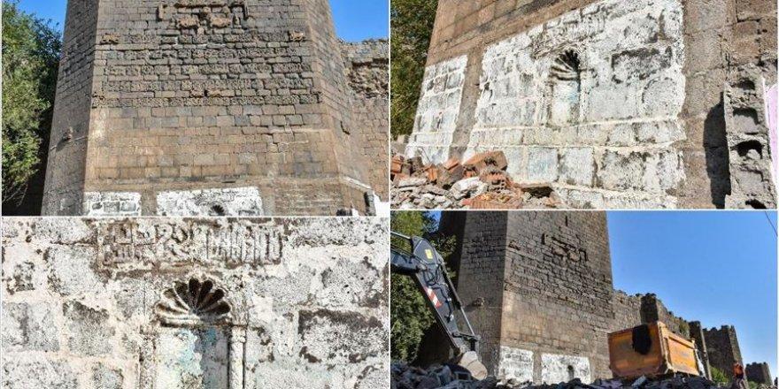 Kaçak yapılardan arındırılan tarihi burçta kitabe ve nişler ortaya çıktı