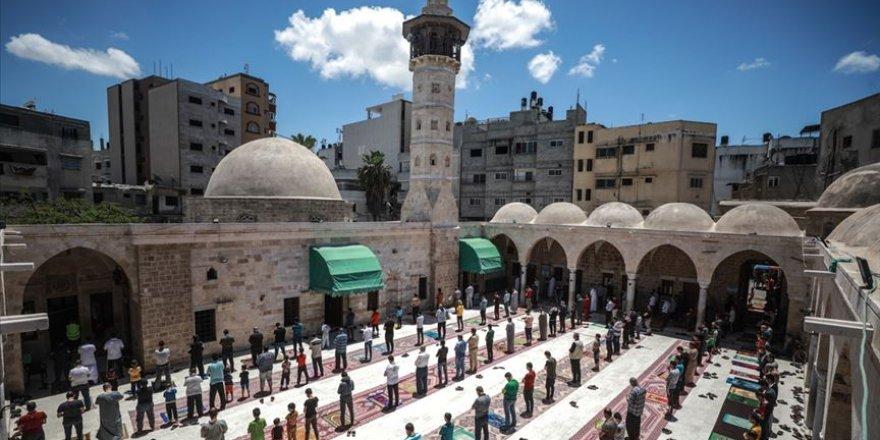 Gazze'de Kovid-19 nedeniyle verilen bir aylık aradan sonra cuma namazı kılındı