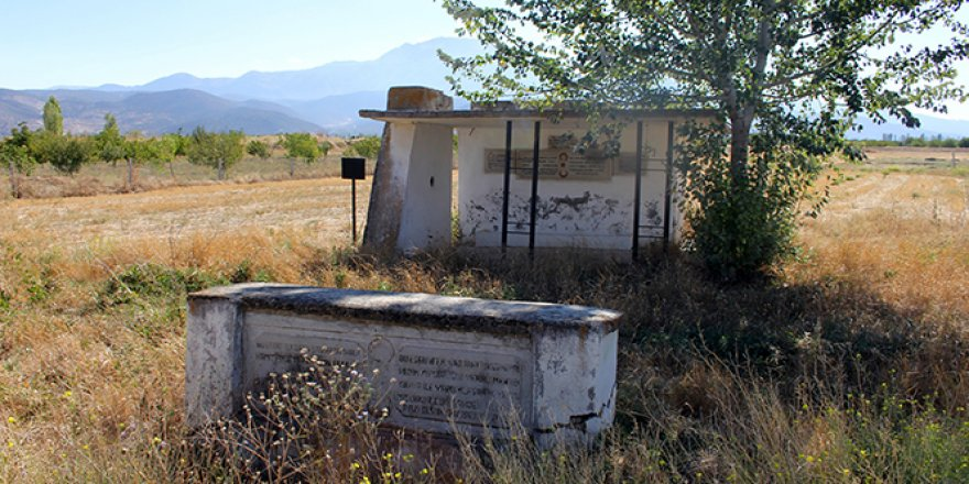 Isparta'da yol kenarında sahipsiz bir tarih