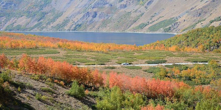 Yaratılış harikası Nemrut Krater Gölü sonbahar tefekkürü için birebir