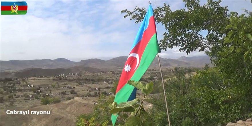 İşgalden kurtarılan Cebrail ilinin köylerinde Azerbaycan bayrağı dalgalanıyor