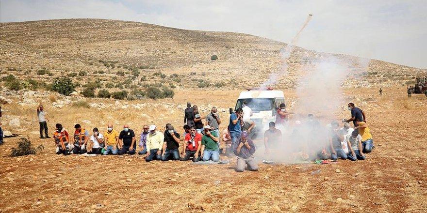 İşgalci İsrail askerleri namaz kılan Filistinlilere saldırdı