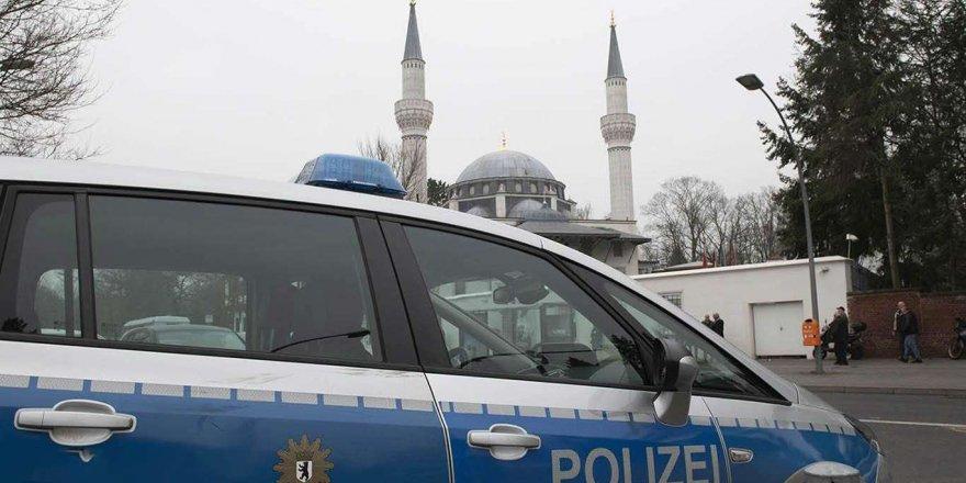 Almanya'da polisler camiye botlarla girdi
