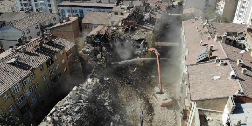 Elazığ'da deprem sonrası harabeye dönen 10 bin konut yıkıldı