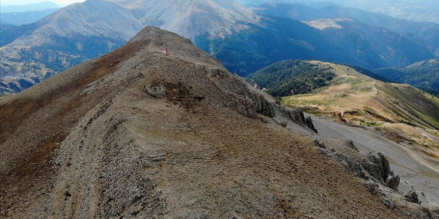 Ilgaz Dağı'nın zirvesindeki mezarlar dikkati çekiyor