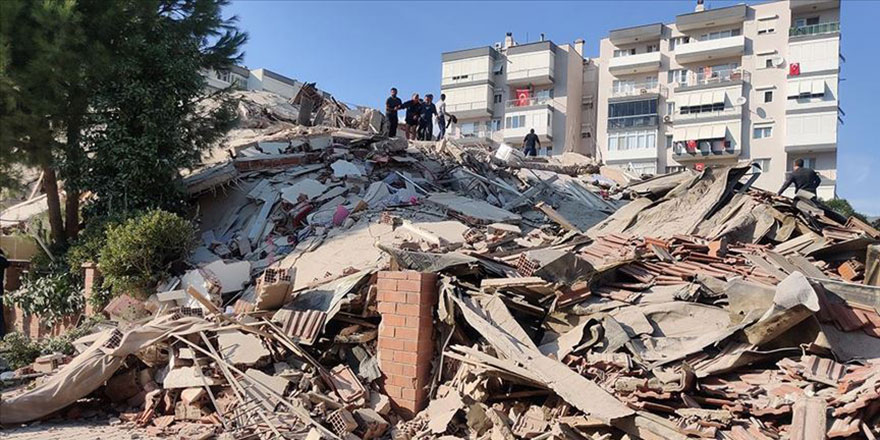 İzmir'de 6,6 büyüklüğünde deprem, yıkılan binalar var
