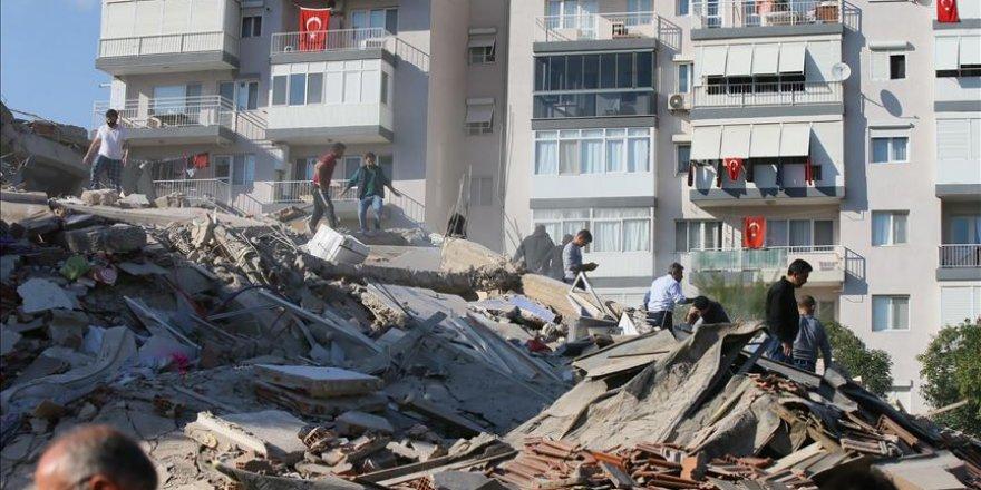 """AFAD'dan İzmir'deki deprem sonrası """"hasarlı yapılara girmeyin"""" uyarısı"""