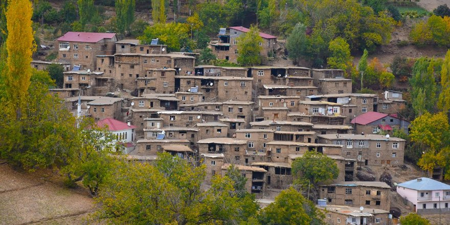 Hizan taş evlerinin sonbahar manzarası göz kamaştırıyor