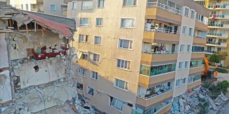 İzmir'de birçok noktada riskli binaların yıkım süreci devam ediyor