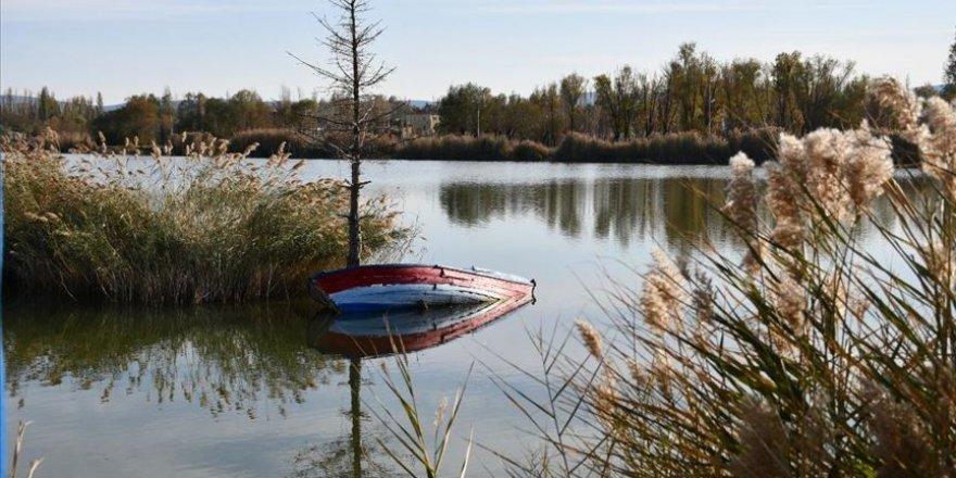 Bozkırın ortasındaki Ulaş Gölü'nde sonbahar güzelliği