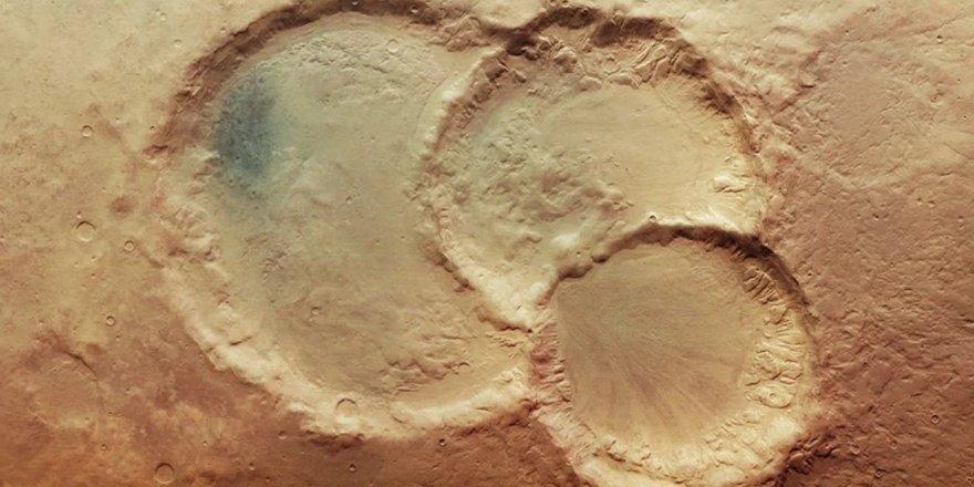 """Bilim insanları, Mars'ın yüzeyinde oldukça nadir görülen """"üçlü krater"""" gözlemledi"""