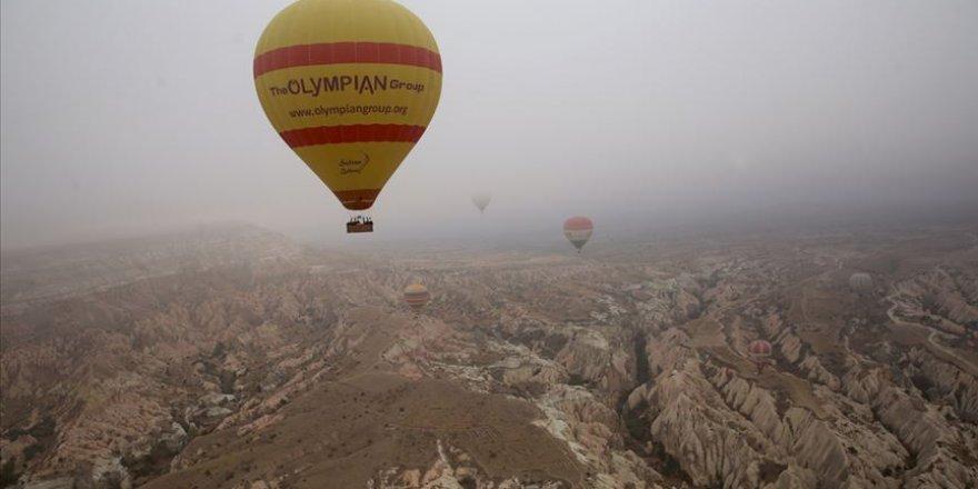 Turistler Kapadokya'da sonbaharın renklerini gökyüzünden izliyor