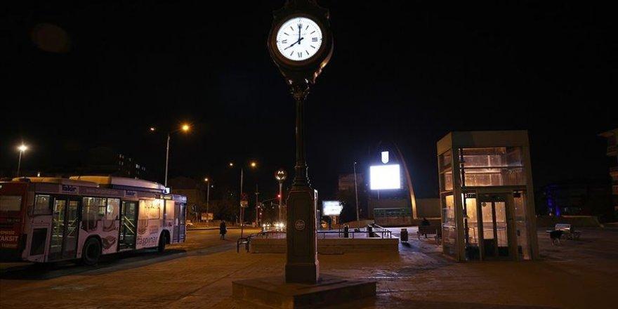 Kovid-19 tedbirleri kapsamında hafta sonu belirli saatlerde sokağa çıkma kısıtlamasına devam edilecek