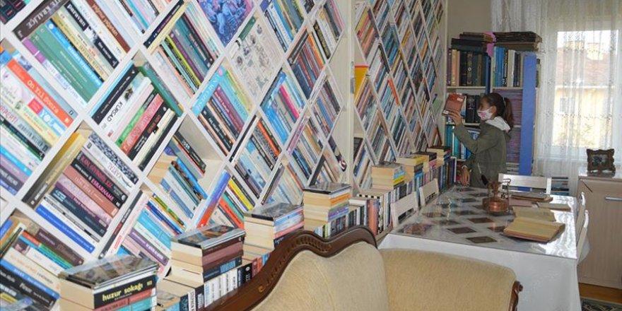 Kitap aşığı öğretmen çift kütüphaneleri için 5 defa evlerini değiştirdi