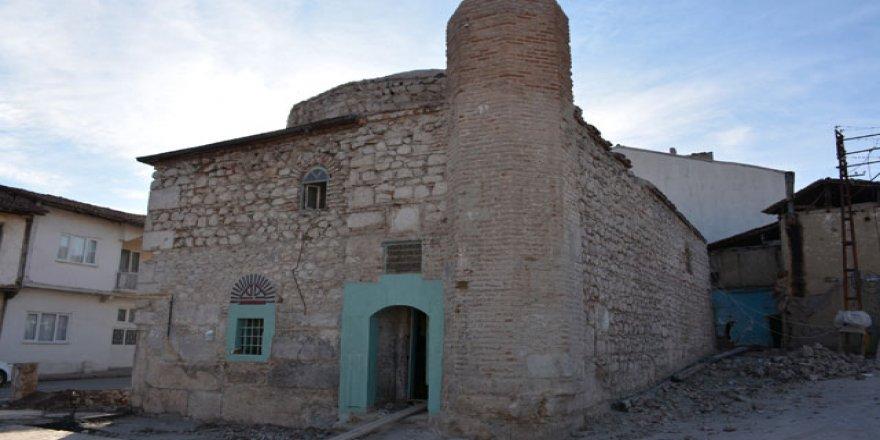 500 yıllık caminin duvarından Roma dönemine ait taşlar çıktı