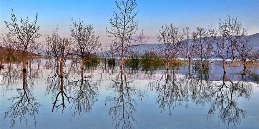 Hazar Gölü sonbaharın renkleriyle etkiliyor