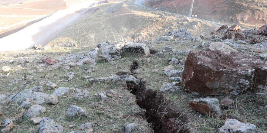 Siirt depreminin ardından oluşan derin yarıklar görüntülendi