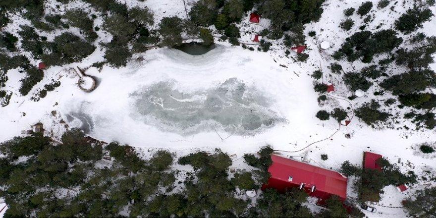 Yüzeyi buz tutan Limni Gölü ziyaretçilerini etkiliyor