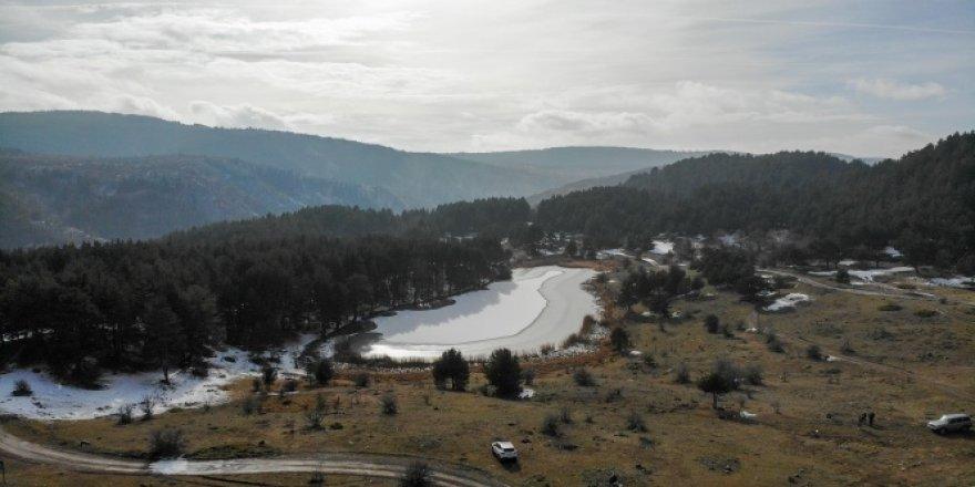 Işık Dağı eteklerindeki Karagöl buzla kaplandı