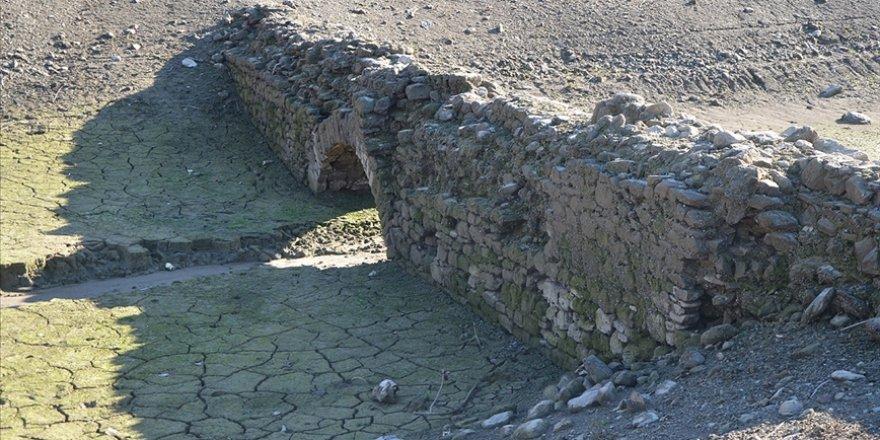 Tarihi köprü sular çekilince gün yüzüne çıktı