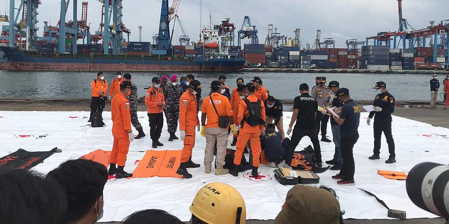 Endonezya'da düşen yolcu uçağının ikinci karakutusunun iç belleğini arama çalışmaları sürüyor