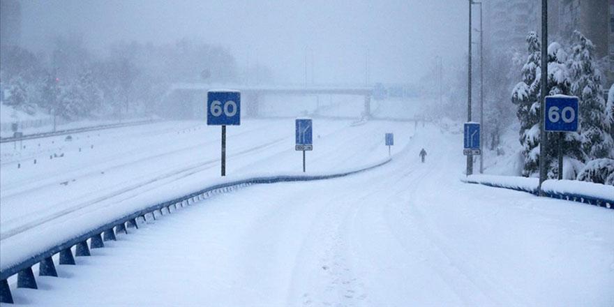 İspanya'da kar fırtınası estirildi, yollar kapandı, insanlar mahsur kaldı