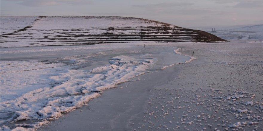 Kars'ta baraj gölü yüzeyi dondu