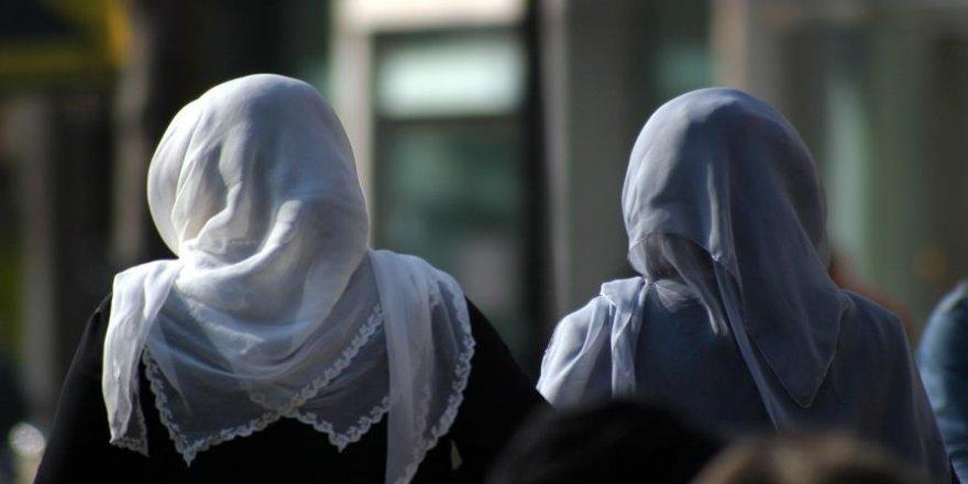 Fransa'da iktidar partisinden 2 milletvekili 18 yaşından küçük kızlara başörtüsü takmayı yasaklamak istiyor