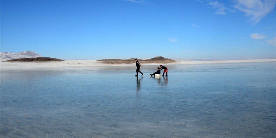 Dondurucu soğuklar nedeniyle buz tutan şelale ve göller görenleri hayran bırakıyor