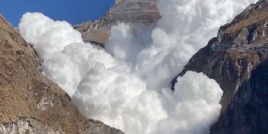 Himalaya dağlarından kopup gelen çığ kamerada