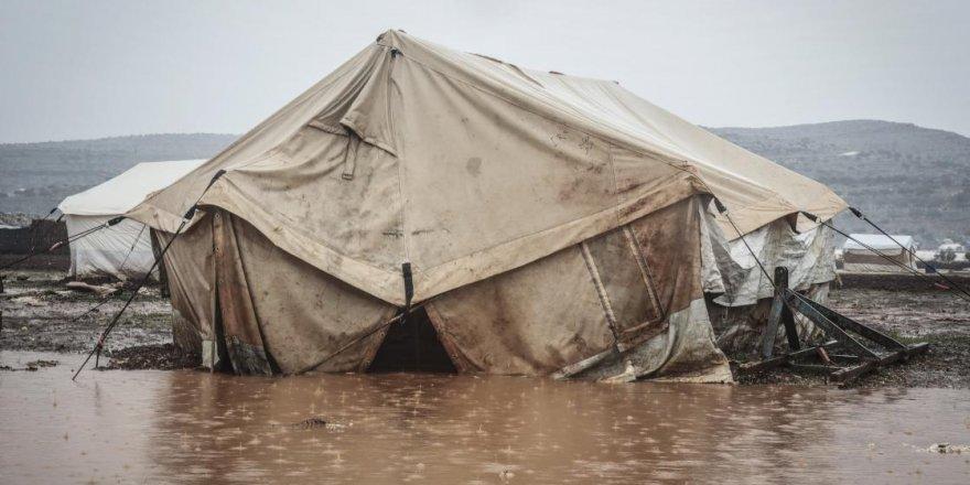 İdlib'de 9 yıldır her kış mevsiminde aynı çile: Çadırlar sular altında