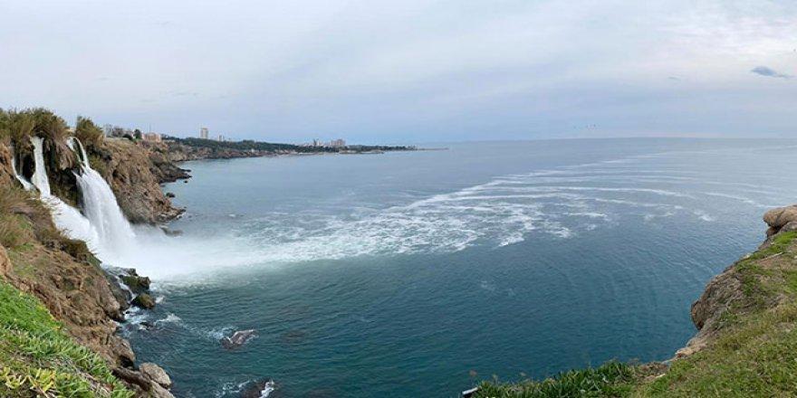 Zehirli köpükler denize yayılıyor