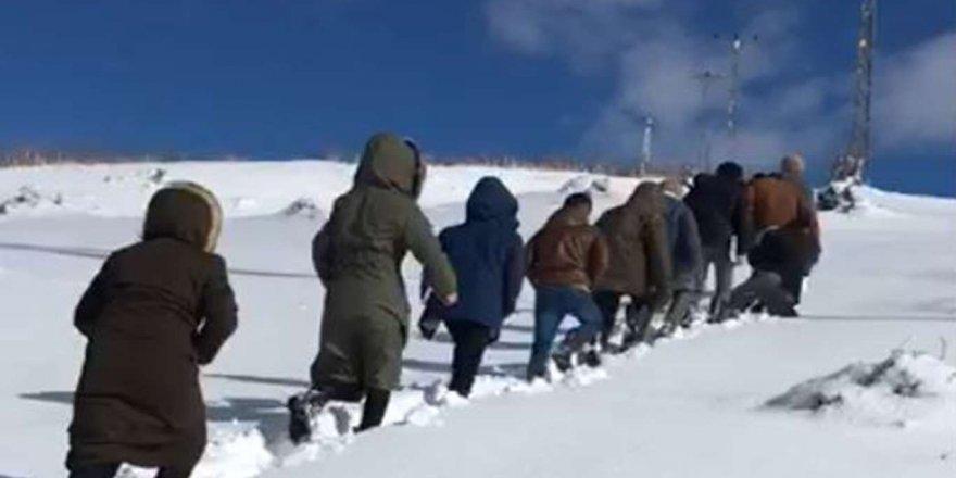 Köyde EBA'ya giremeyen çocuklar karlı yolları aşıyor