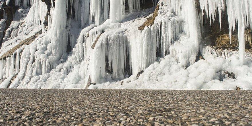 Buz tutan 'Ağlayan Kayalar' eşsiz güzellikteki Pülümür Vadisi'nin incisi oldu