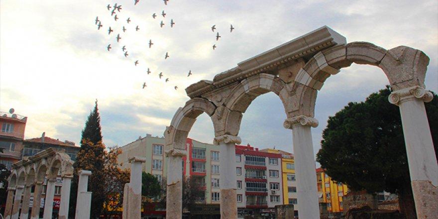 Antik şehirle modern şehir iç içe