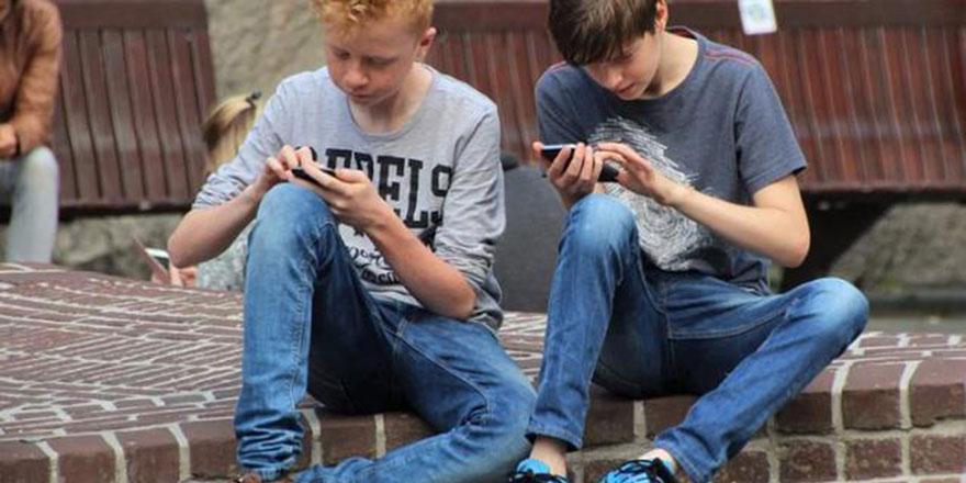 Asgari ücretli aile, yemeyip içmeyip çocuğa son model telefon alıyor