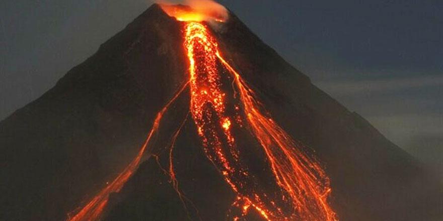 Yanardağ patladı alevler aşağı akmaya başladı