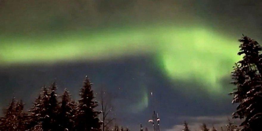 Alaska'da Kuzey Işıkları'nın gökyüzündeki etkileyici dansı kamerada