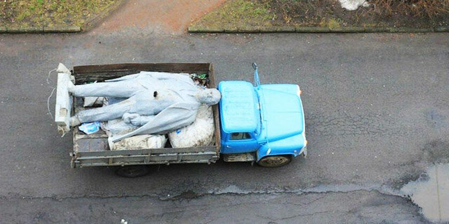 Ukrayna'da Lenin'in son heykeli de söküldü