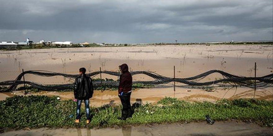 İşgalci İsrail, Gazzelilerin 700 dönümlük tarım alanlarını su altında bıraktı
