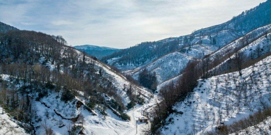 Karla kaplı dağın eteklerindeki göletin görsel şöleni mest etti