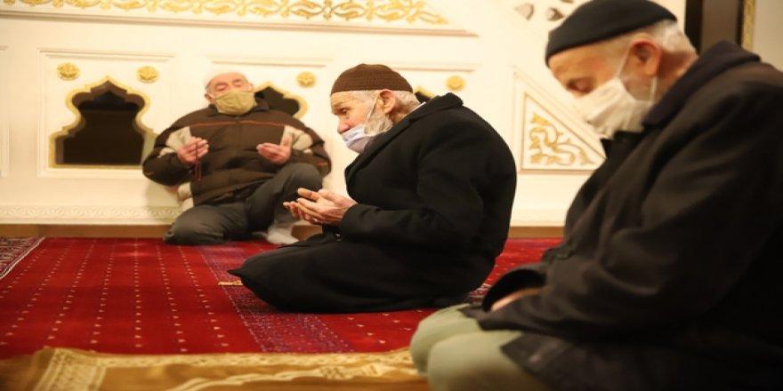 65 yaş üstü büyüklerimizin camide sabah namazı mutluluğu