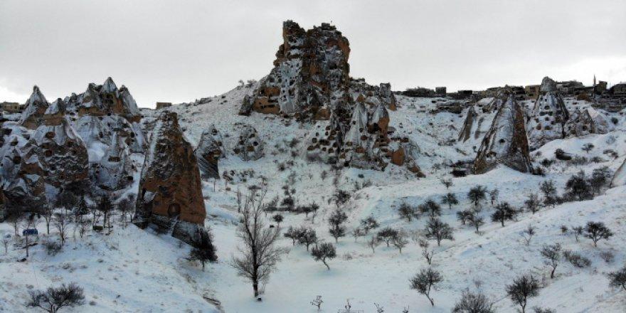 Kapadokya'da karla kaplı peribacaları hayran bırakıyor