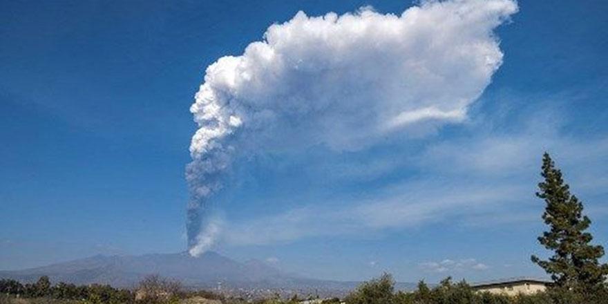 Etna Yanardağı yeniden patladı: Küller 9 bin metre yüksekliğe ulaştı