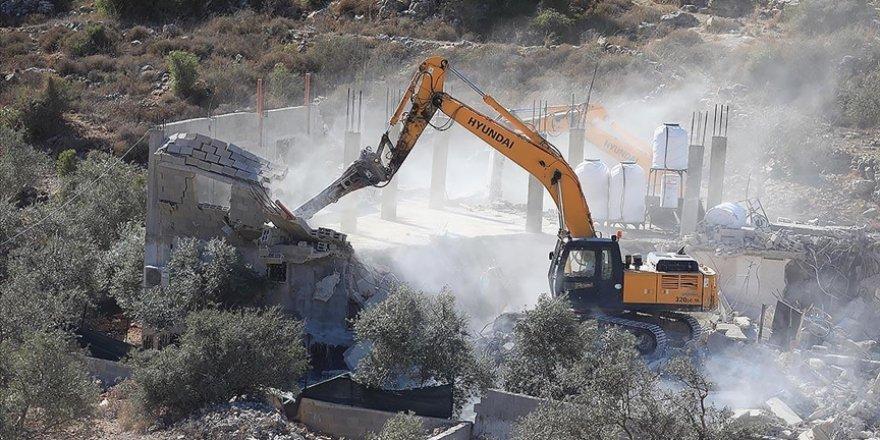İşgalci İsrail evlerini yıktı, 30 kişilik aile evsiz kaldı